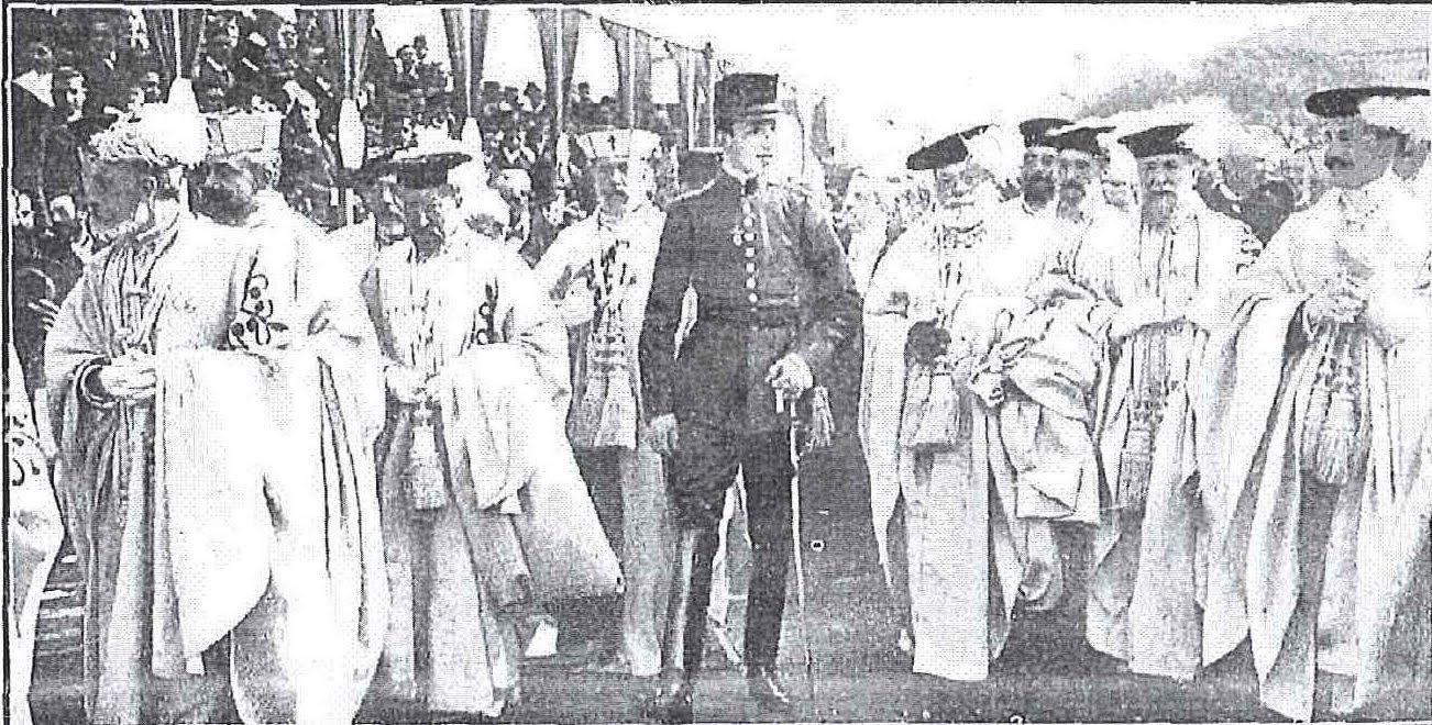 El rey Alfonso XIII acompañado de los caballeros que formaban Capítulo, dirigiendose a la Iglesia Prioral