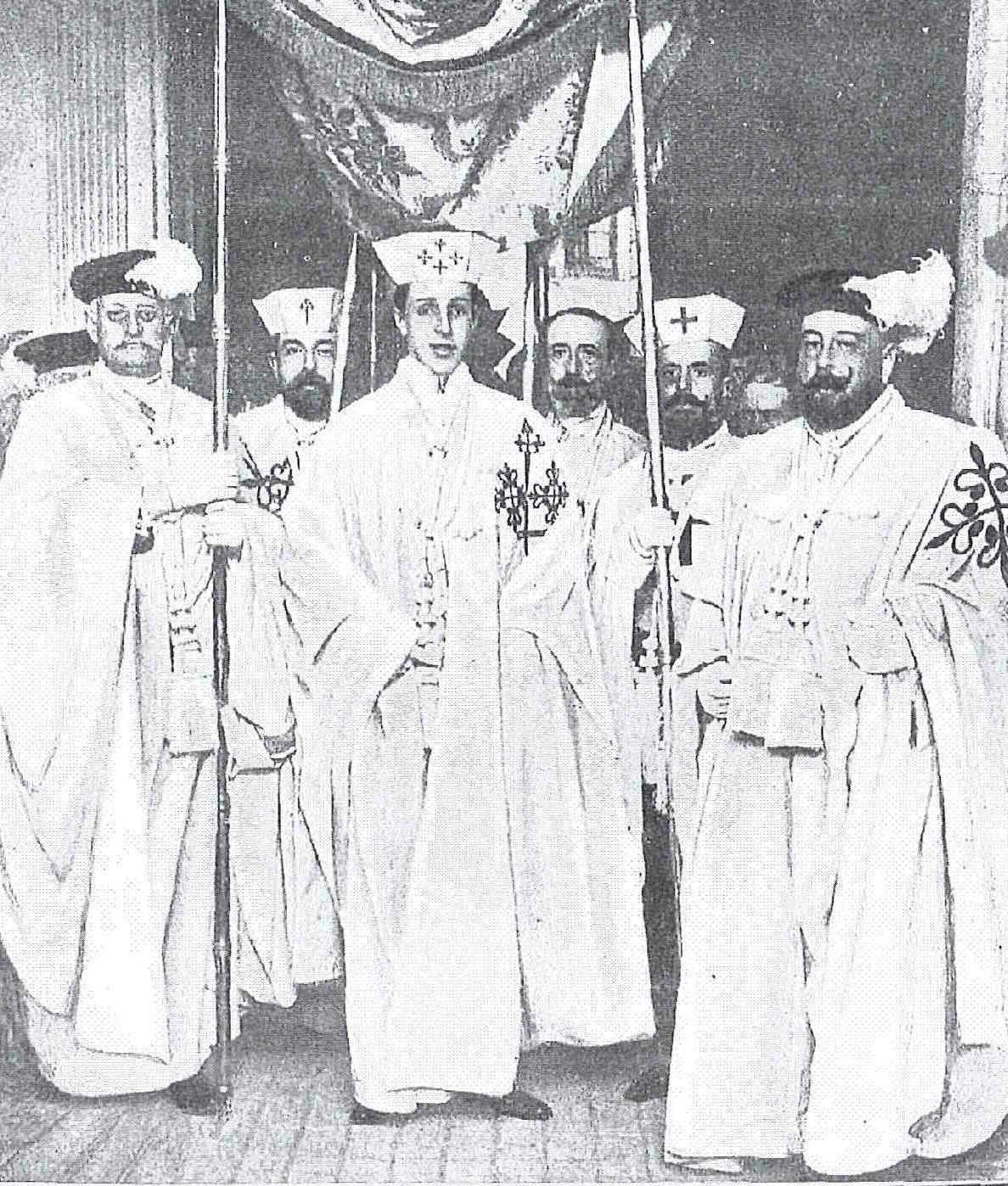 El rey con el hábito de las Órdenes militares saliendo bajo palio de la Iglesia Prioral